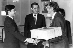 Alberto Fujimori con el príncipe Naruhito y Víctor Aritomi en Japón (Foto: La República).